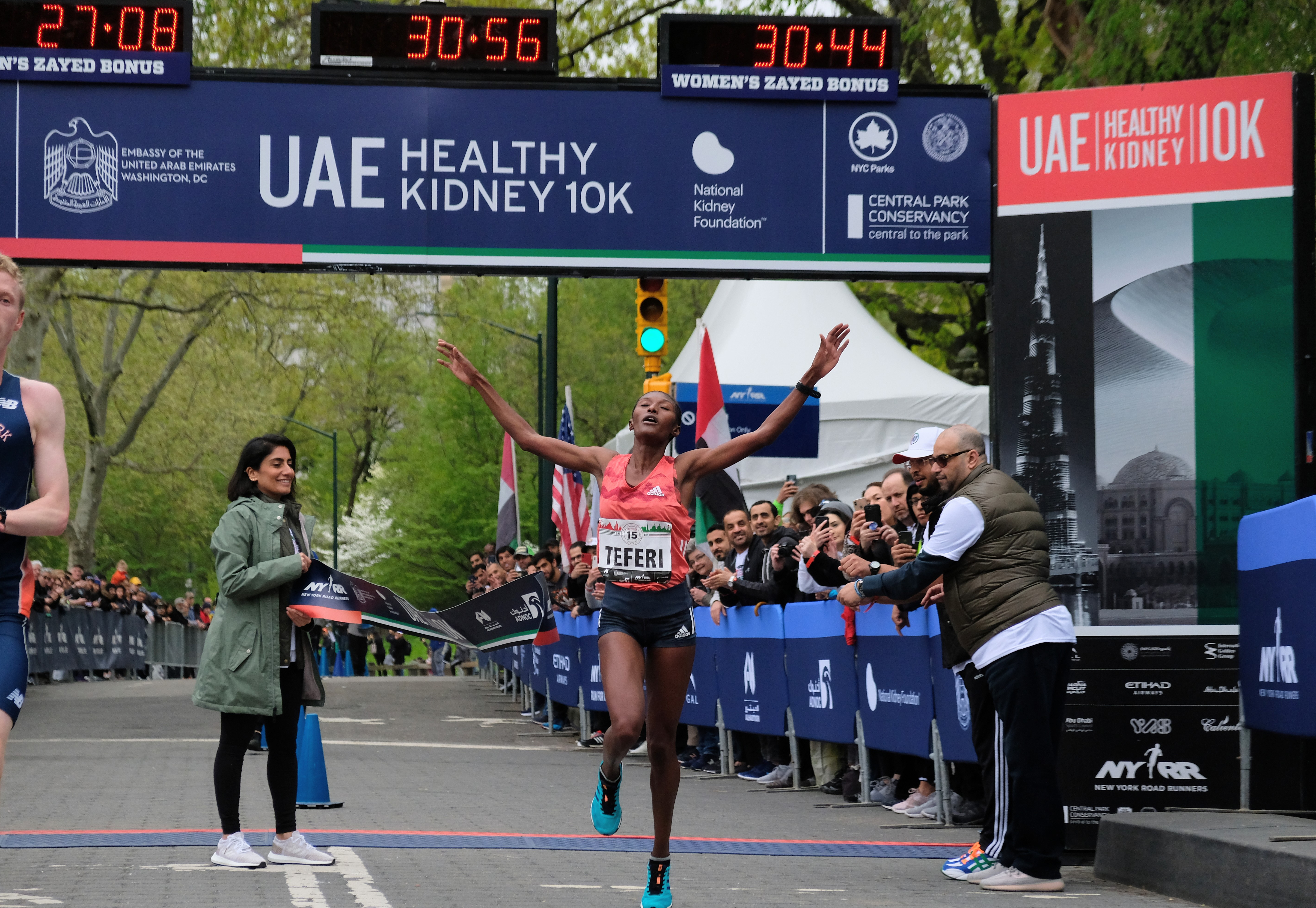Senbere Teferi breaking the tape with a course record at the 2019 UAE Healthy Kidney 10K